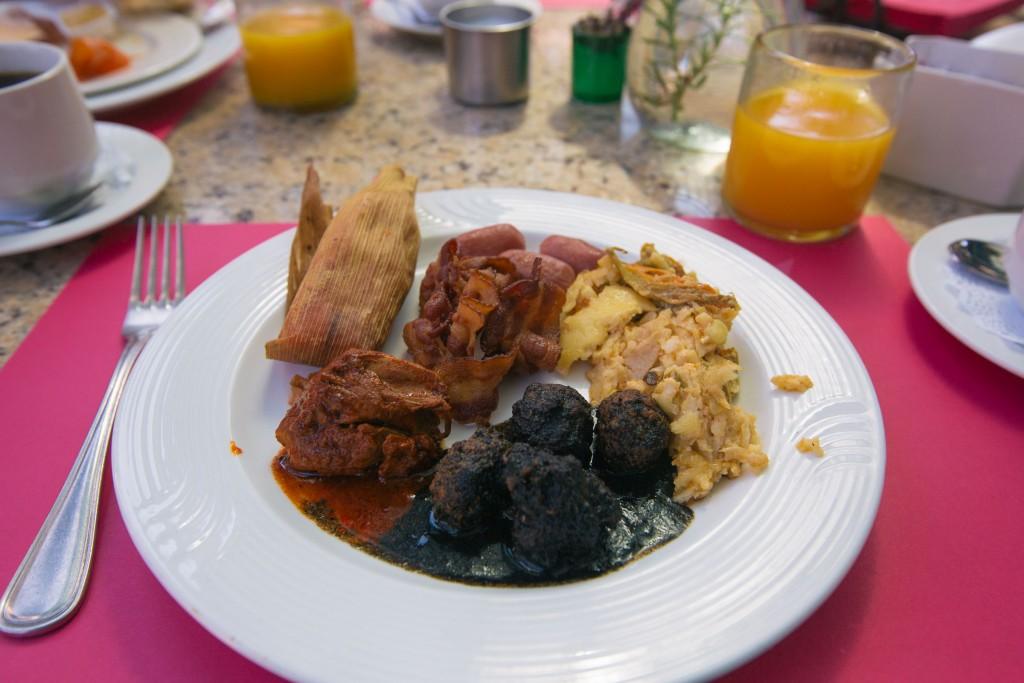 Albóndigas, ein Tamal, Bacon, Torta Azteca, Würstchen und irgendwelches Huhn