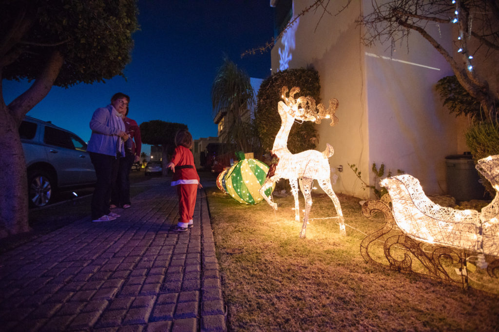 Töchterlein im Weihnachtsmannkostüm