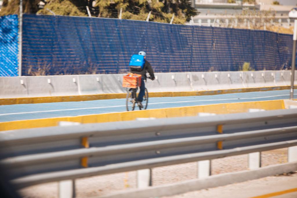 Fahrradfahrer neben dem periférico anillo Puebla