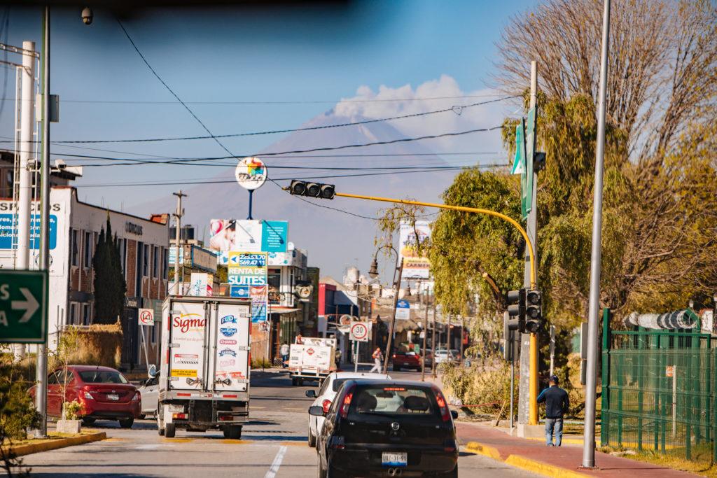 Straße in Cholula mit Popocatépetl im Hintergrund