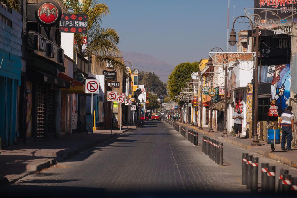 Straße in Cholula mit Parkverbotsschildern
