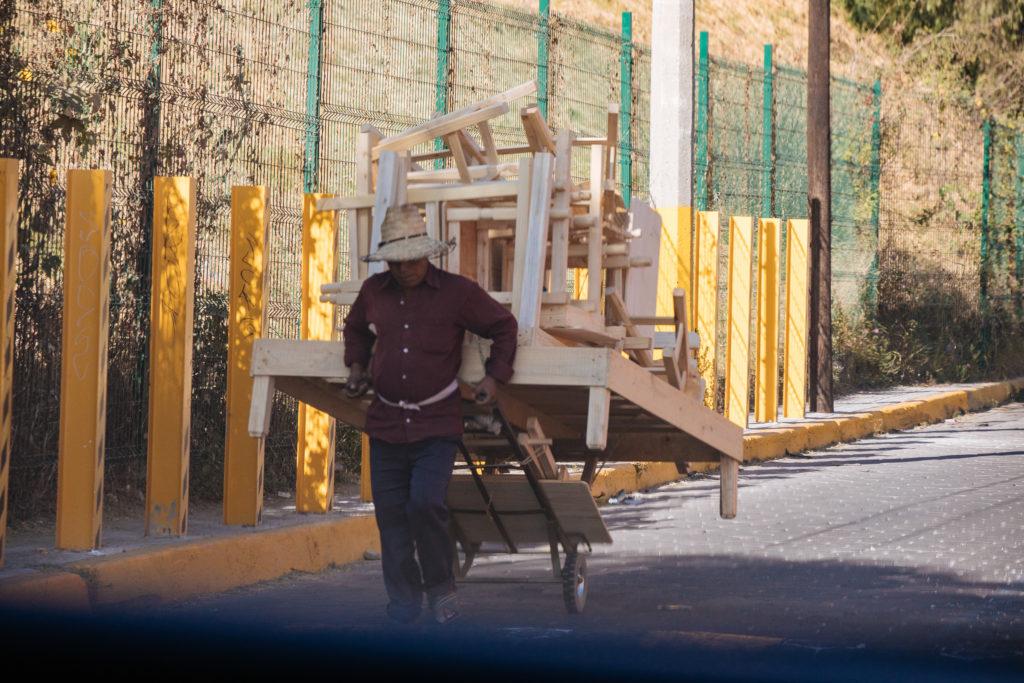 Mann zieht Karren mit Möbeln