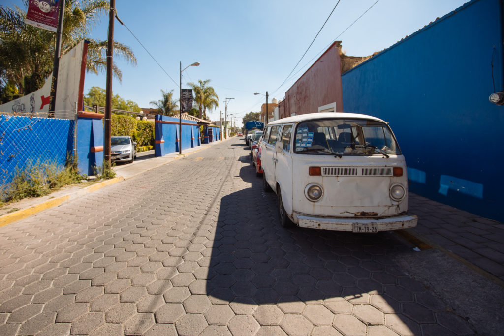 Straße beim Ciudad Sagrada mit Minibus
