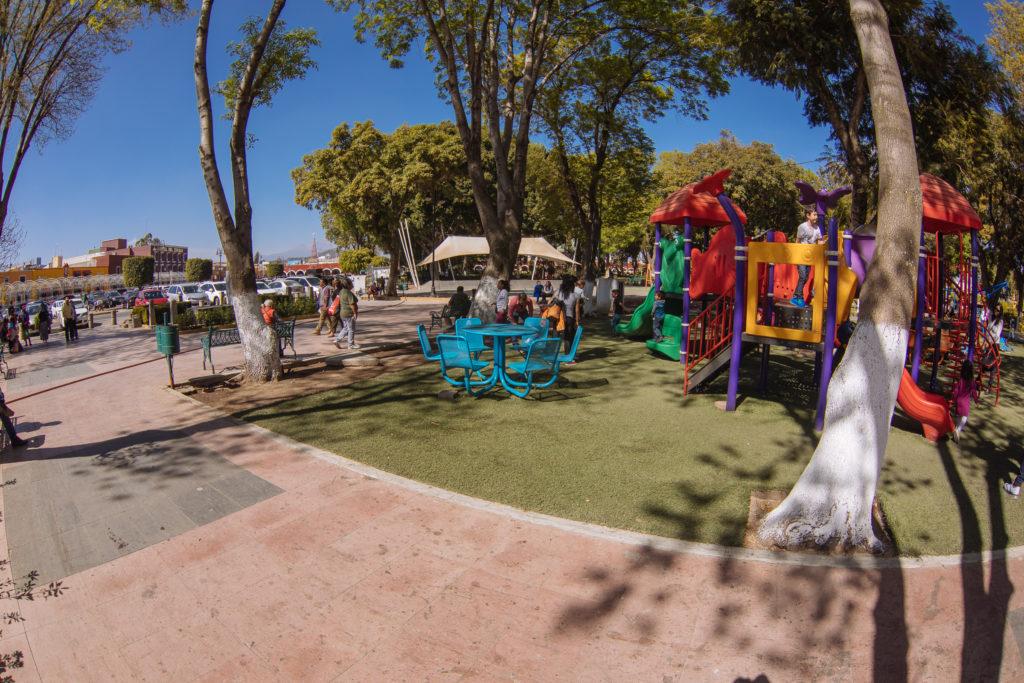 Bunter Spielplatz am zócalo San Pedro Cholula