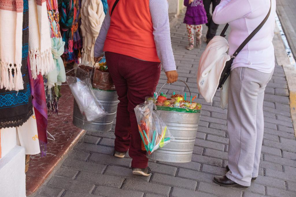 Chapulines im Eimer auf der Av. Morelos