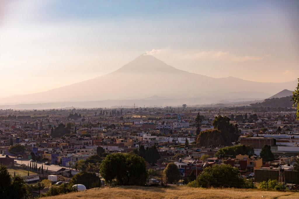 Popocatépetl von der Zona Arqueológica Cholula aus gesehen