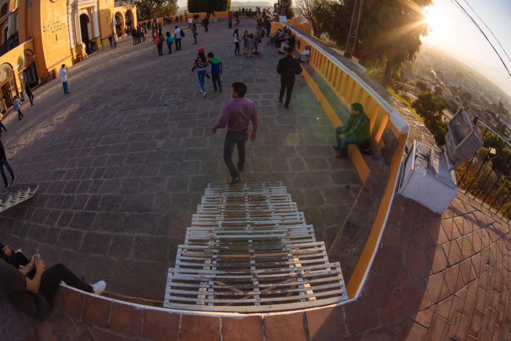 Treppe ohne Geländer auf der Pyramide Cholula