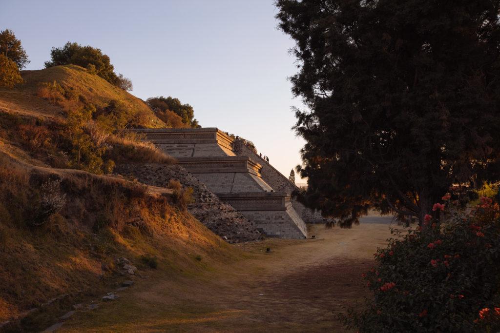 Die archäologische Zone Cholula mit einem Stück ausgegrabener Pyramide