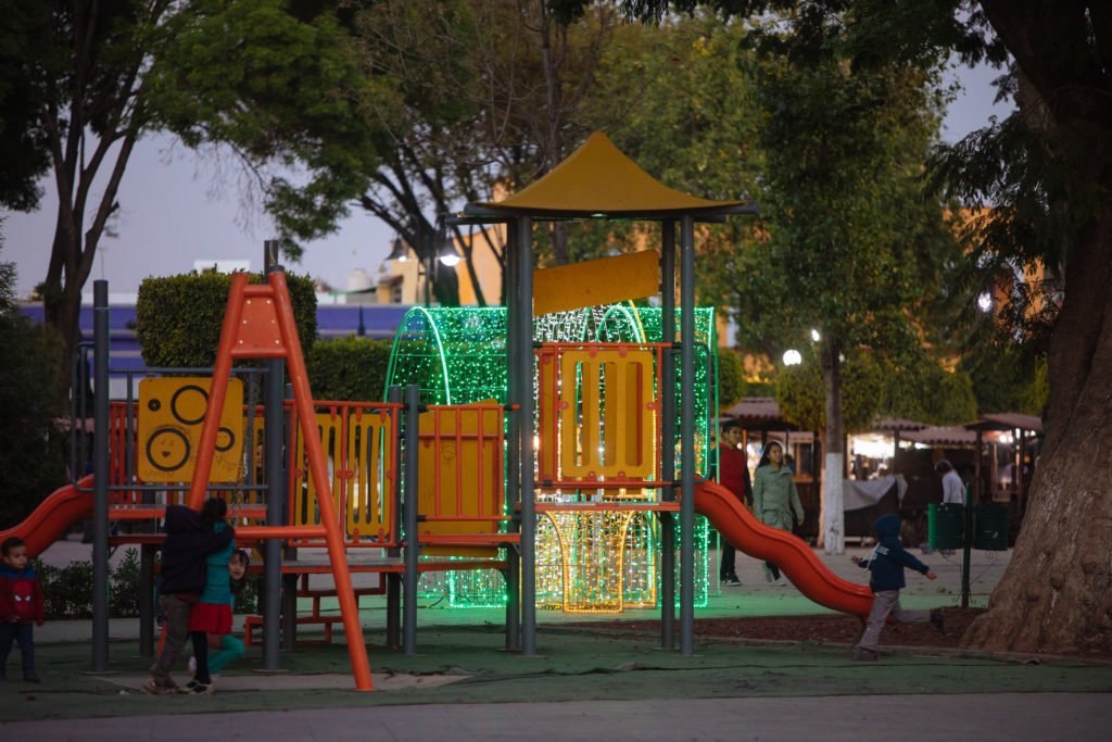Spielplatz zócalo Cholula mit Weihnachtsbeleuchtung