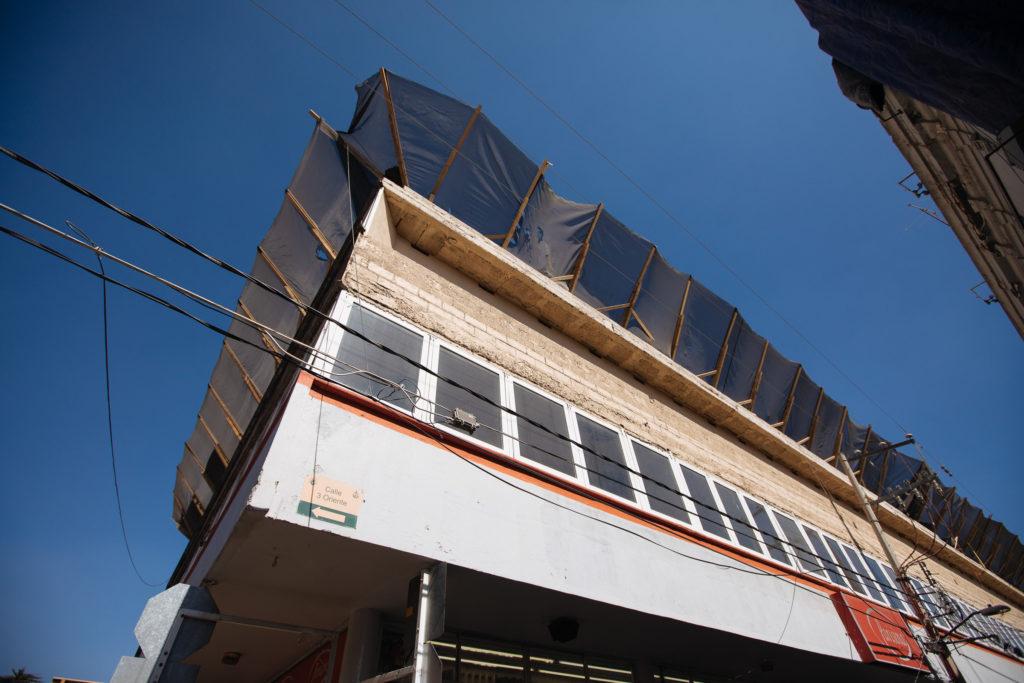 Schuttfänger am Dach des Parisina Stoffgeschäft Atlixco