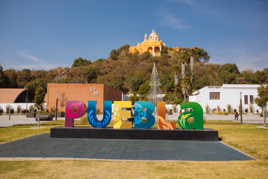 "Schriftzug ""Puebla"" vor Pyramide Cholula"