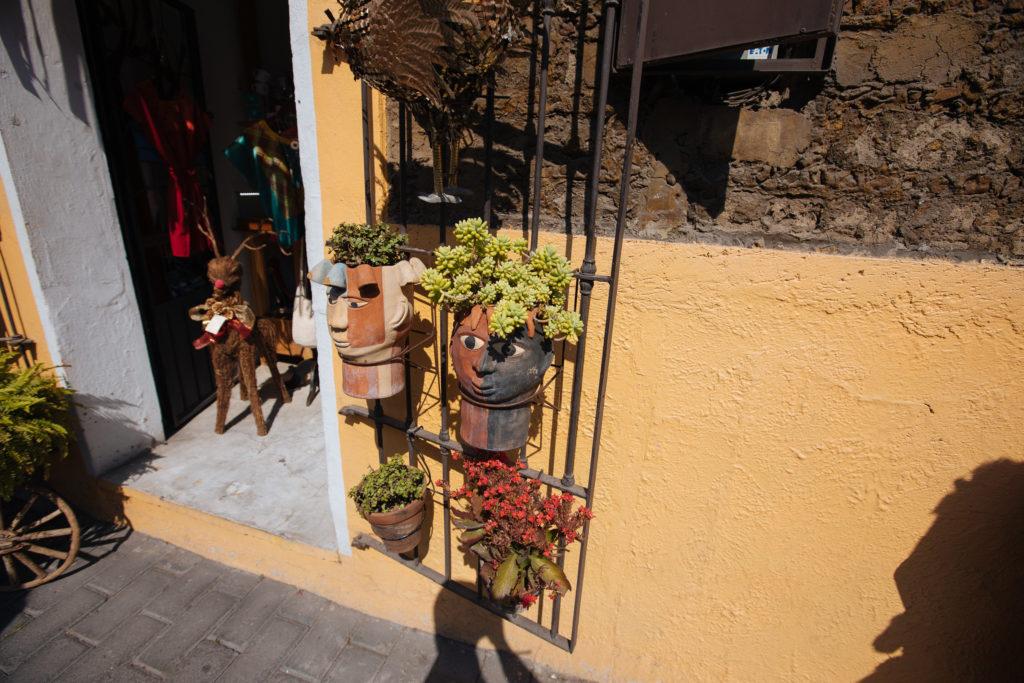 Blumentöpfe in Kopfform an der Av. Morelos in Cholula