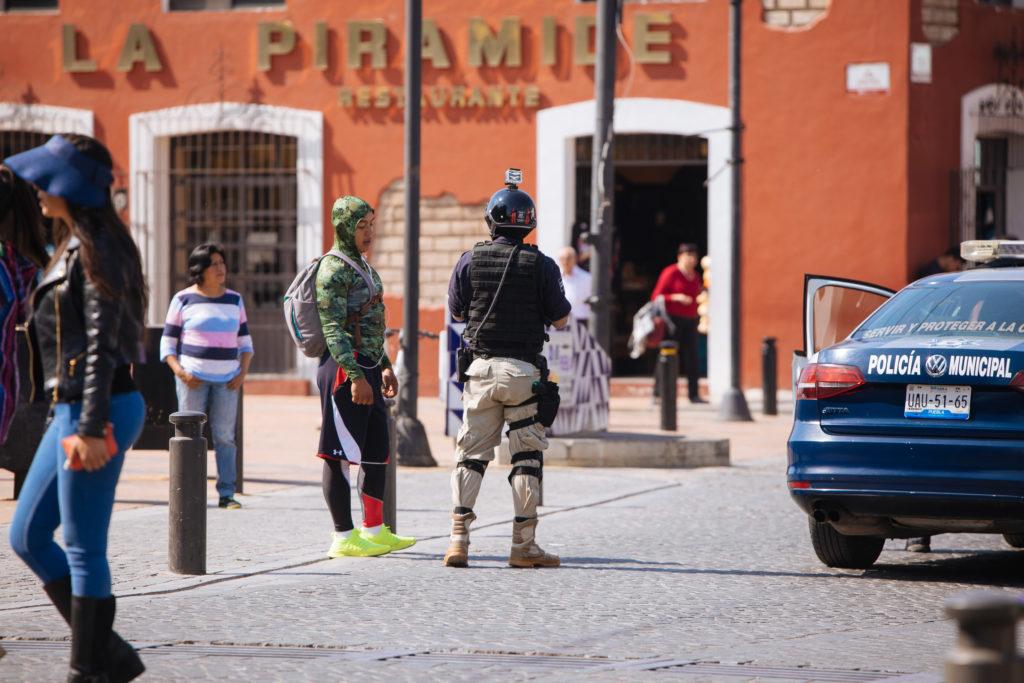 Polizist mit GoPro auf dem Helm an der Pyramide Cholula