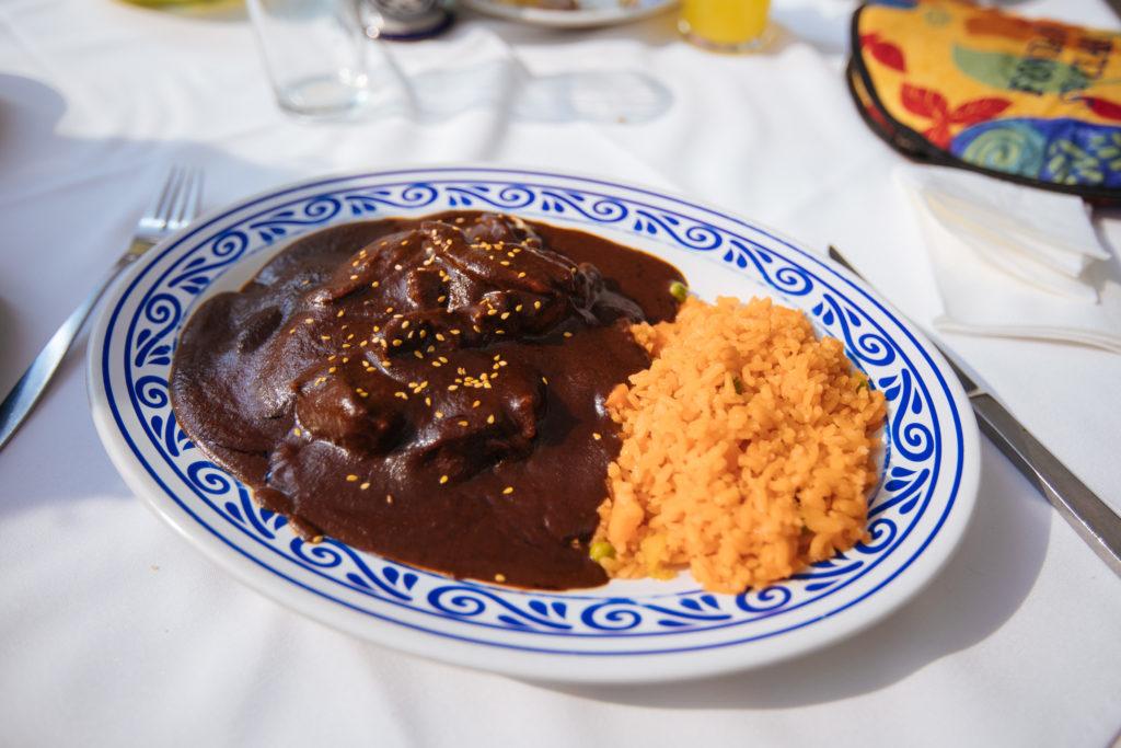 Pollo de mole poblano con arroz rojo, Fonda de Santa Clara, Sonata, Lomas