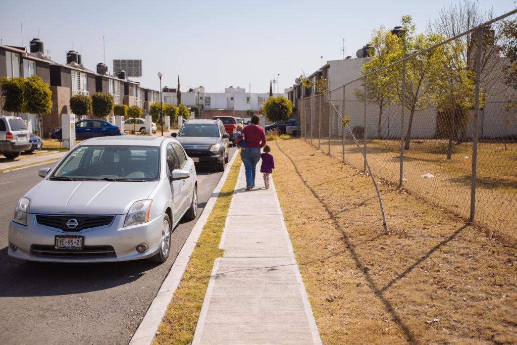 Gehweg in El Pilar mit Myriam und Kindern