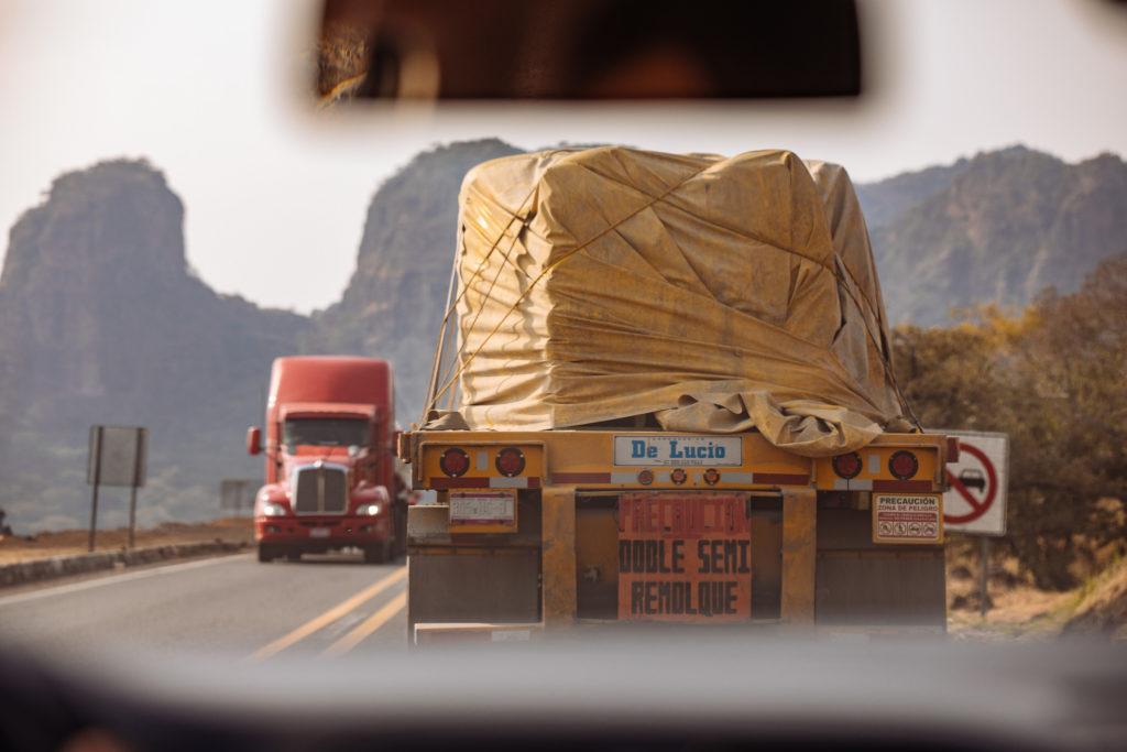 Lastwagen mit wenig gesicherter Ladung auf dem Weg nach Tepoztlán