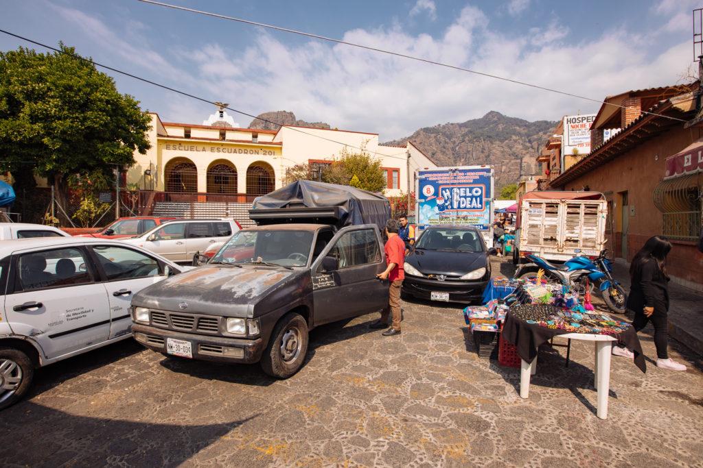 Pickup und Schule am Markt, Tepoztlán