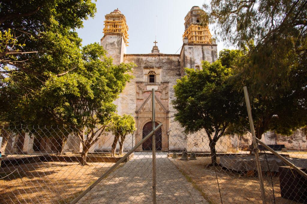Kloster abgesperrt mit Maschendrahtzaun Tepoztlán