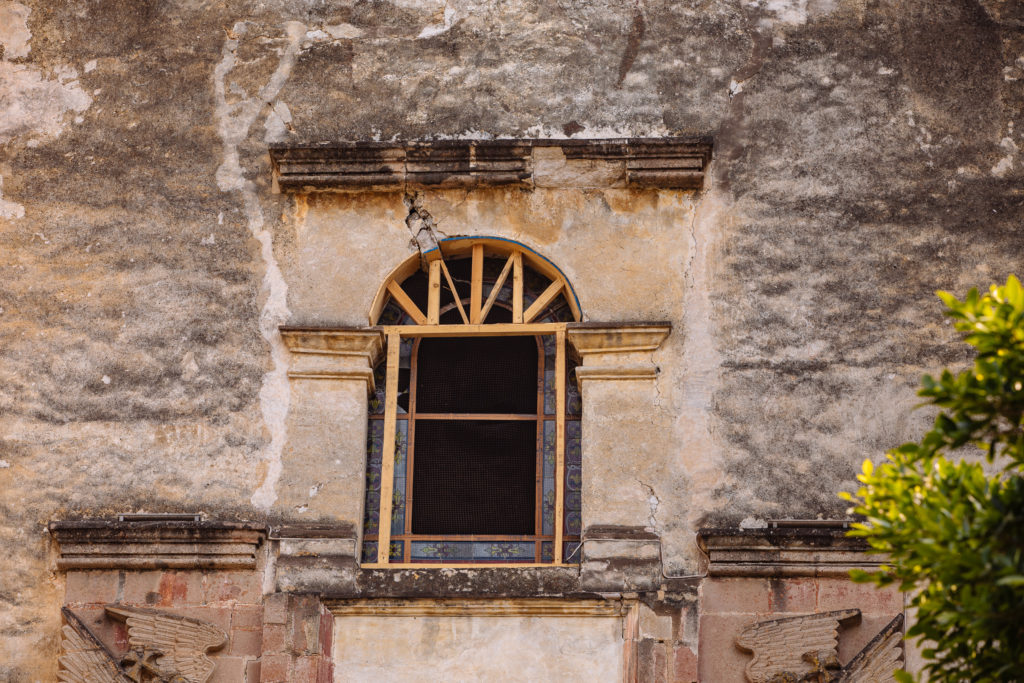 Stützen im Fensterrahmen am Kloster Tepoztlán
