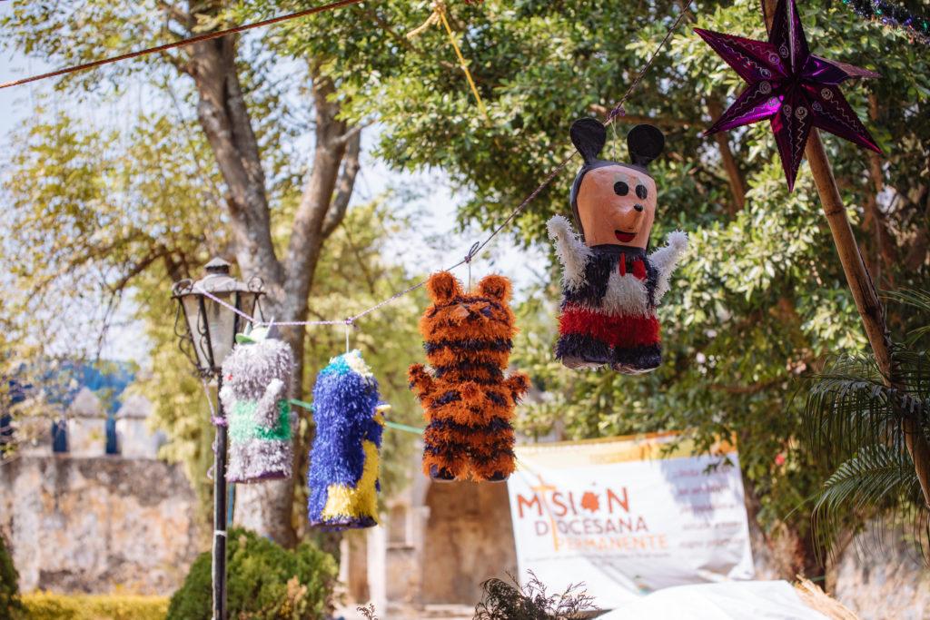 Piñatas über der Krippe
