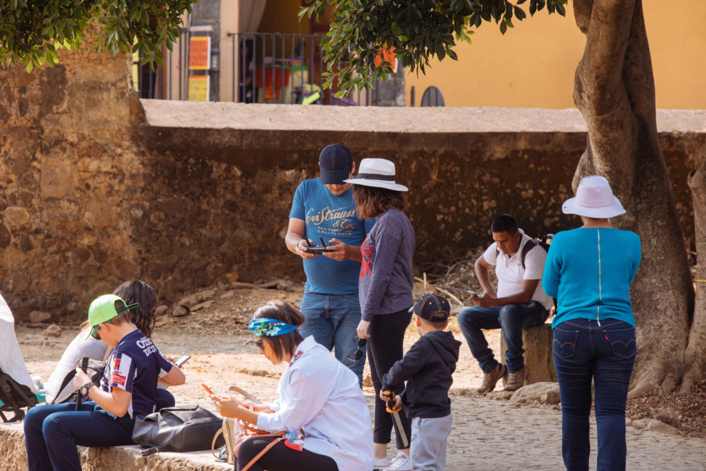 Drohnenpilot auf dem Hof des convento Tepoztlán