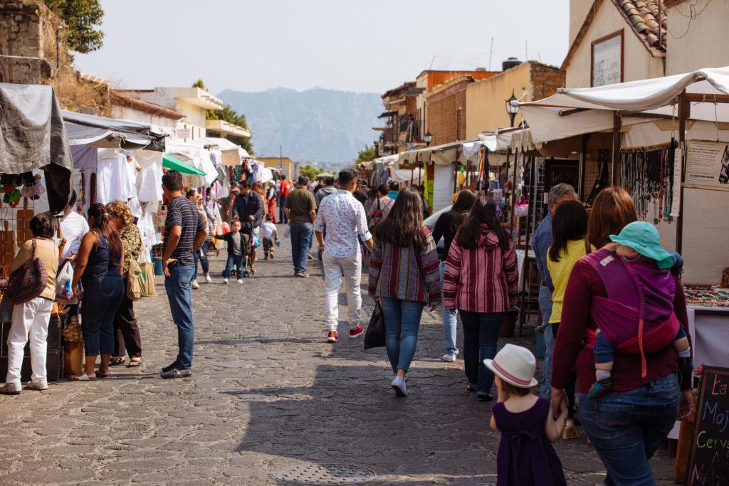 Stände auf dem Straßenmarkt