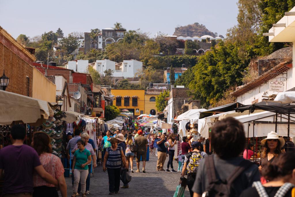 Straßenmarkt bergauf