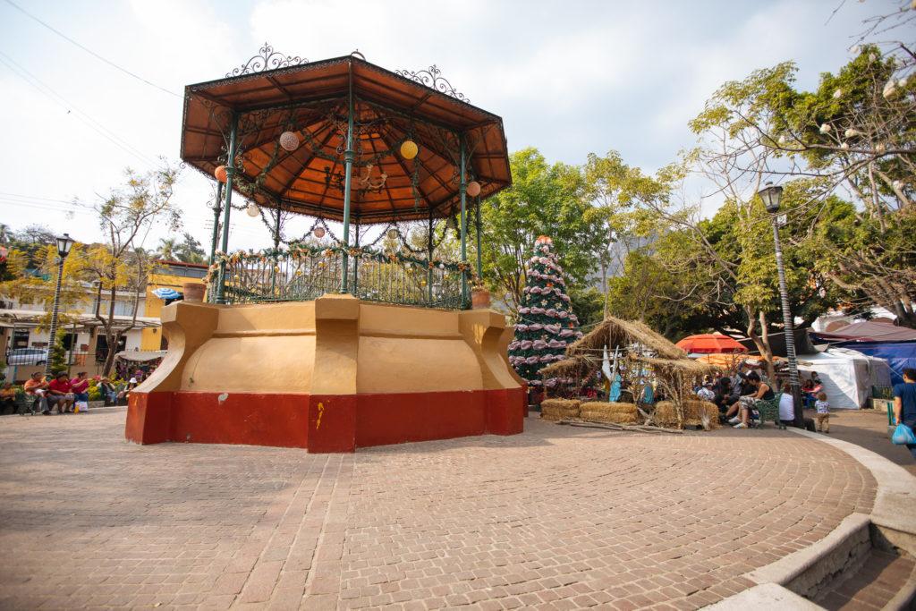 Chinelo mit Weihnachtsbaum, zócalo Tepoztlán