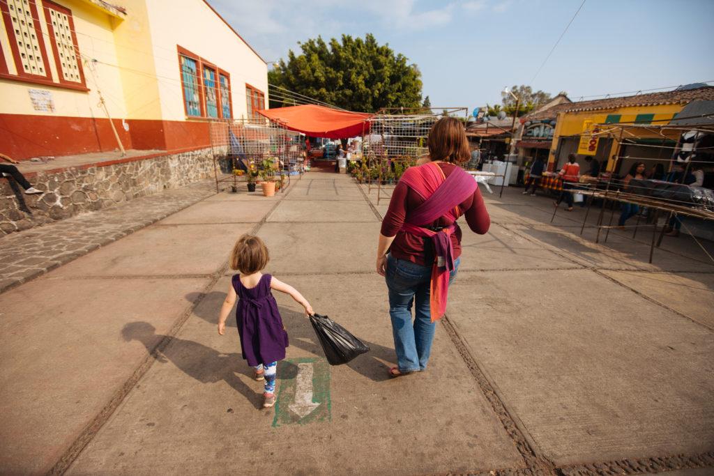 Frau und Kinder an der Nordseite des zócalos