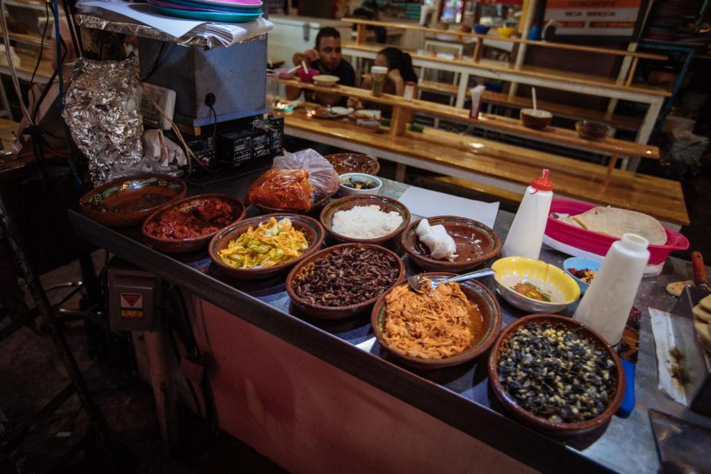 Schüsseln voll Essen im mercado