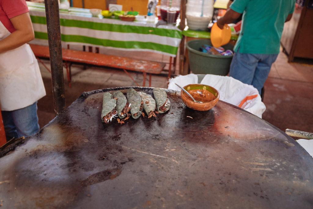 Quesadillas de chapulin, aus blauem Mais im mercado