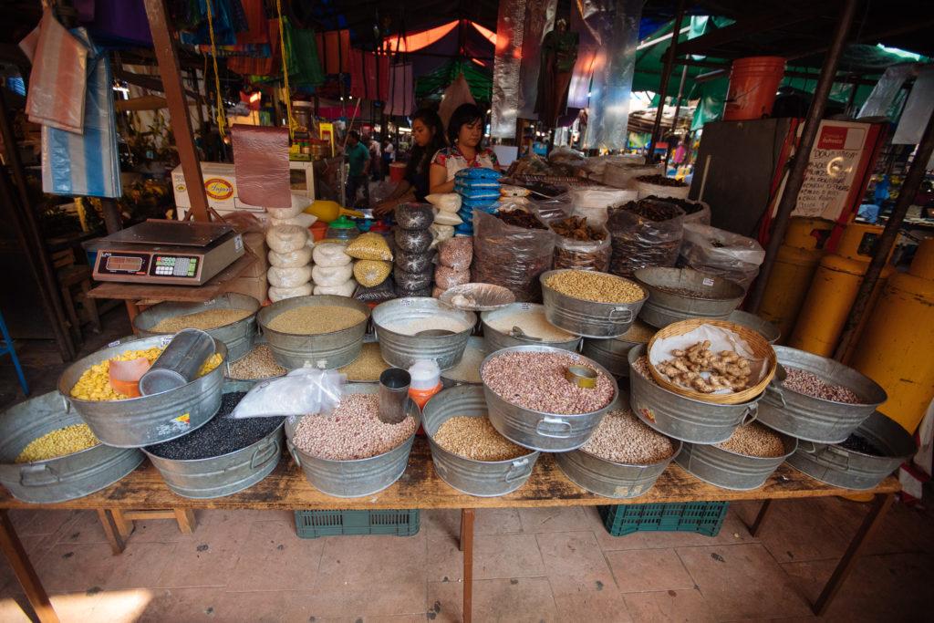 Mais- und Bohnensorten auf dem mercado