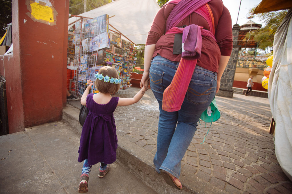 Tochter mit Blumenkranz und Frau