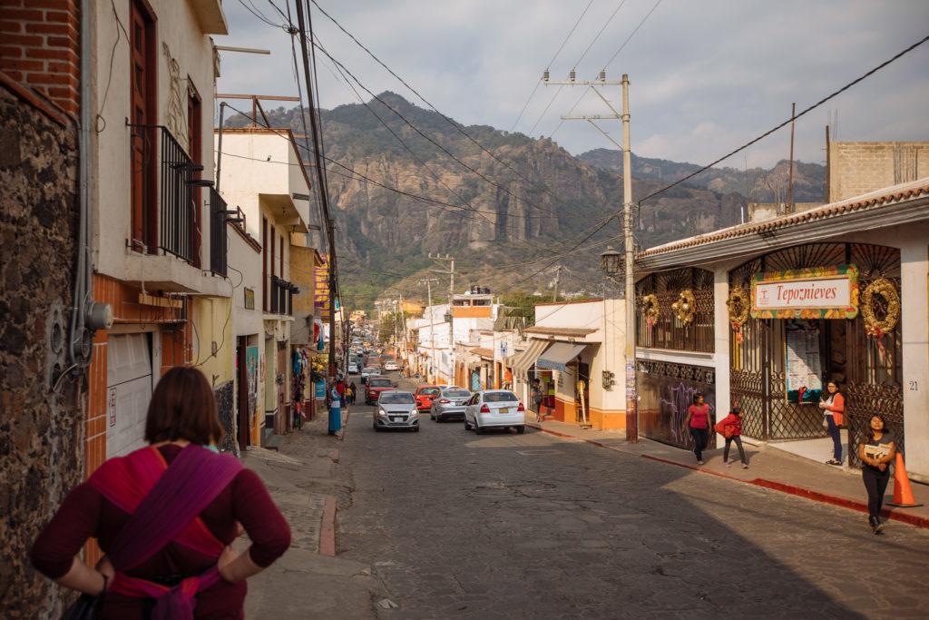 Blick die Straße entlang Richtung Berge
