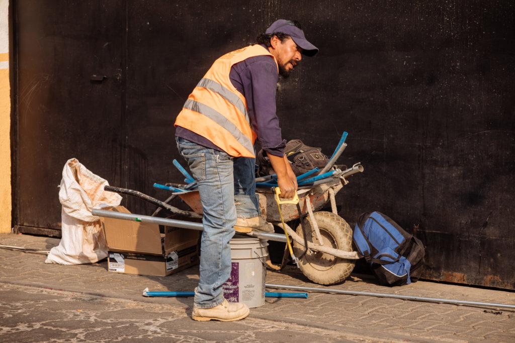 Arbeiter mit Säge und Metallprofil
