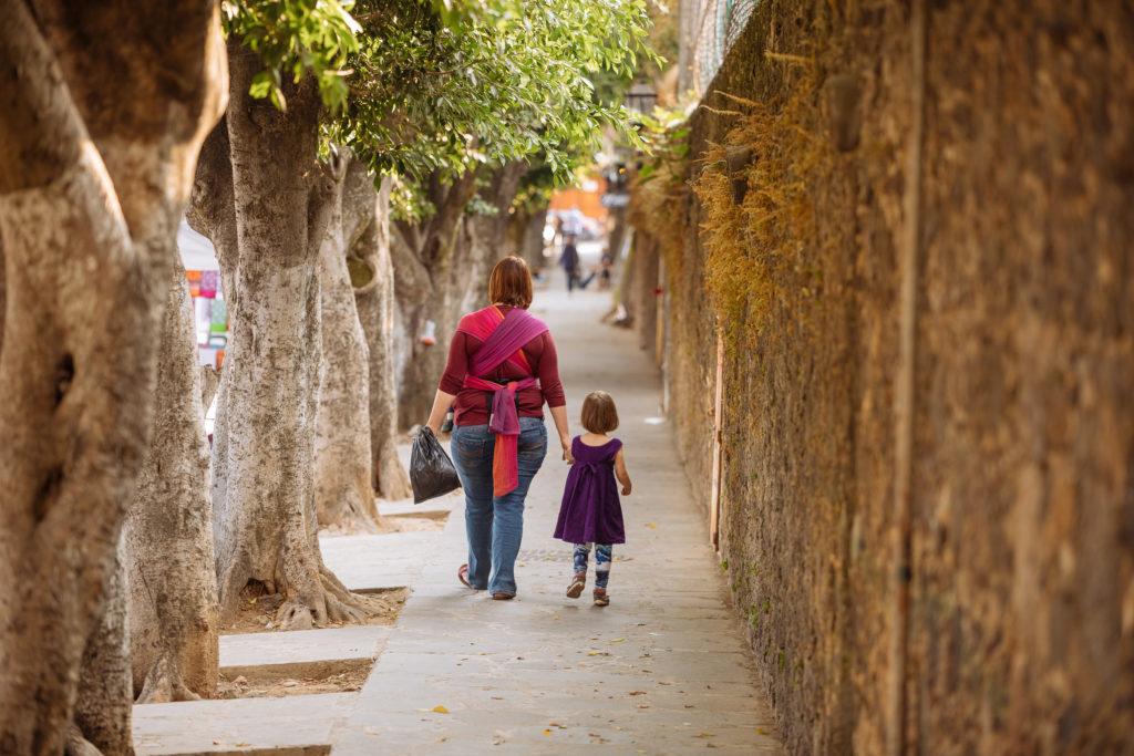 Frau und Tochter an der Ostmauer des conventos