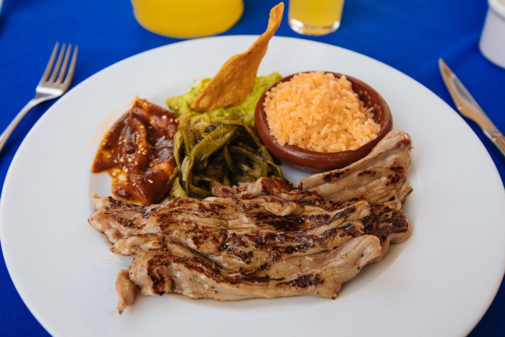 Arrachera, mexikanischer Reis, Kaktus mit Chile und mole im El Ciruelo
