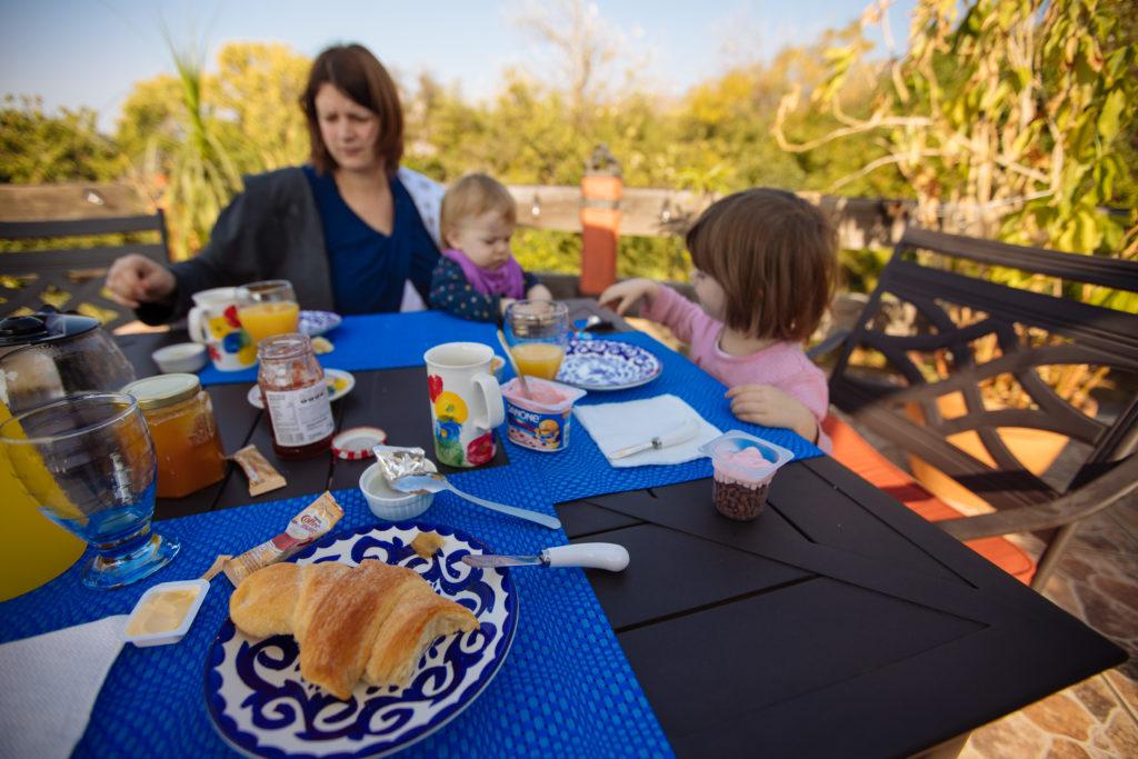 Kinder und Frau beim Frühstück auf der Terrasse der Finca La Casona in Tepoztlán