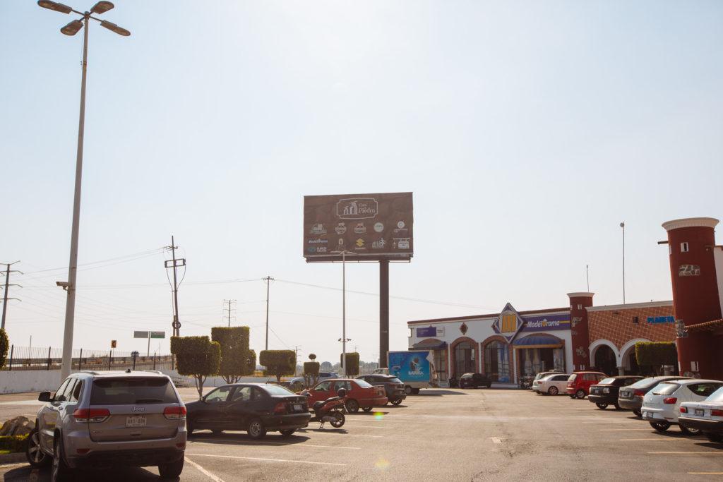 Parkplatz und Modelorama bei der Casa de Piedra