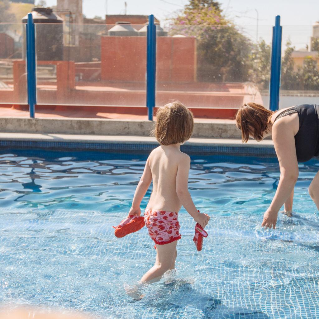 Töchterlein im Pool
