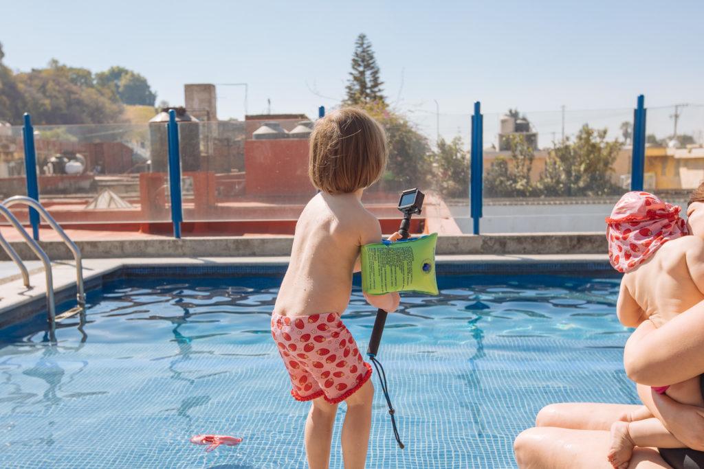 Töchterlein mit GoPro im Pool