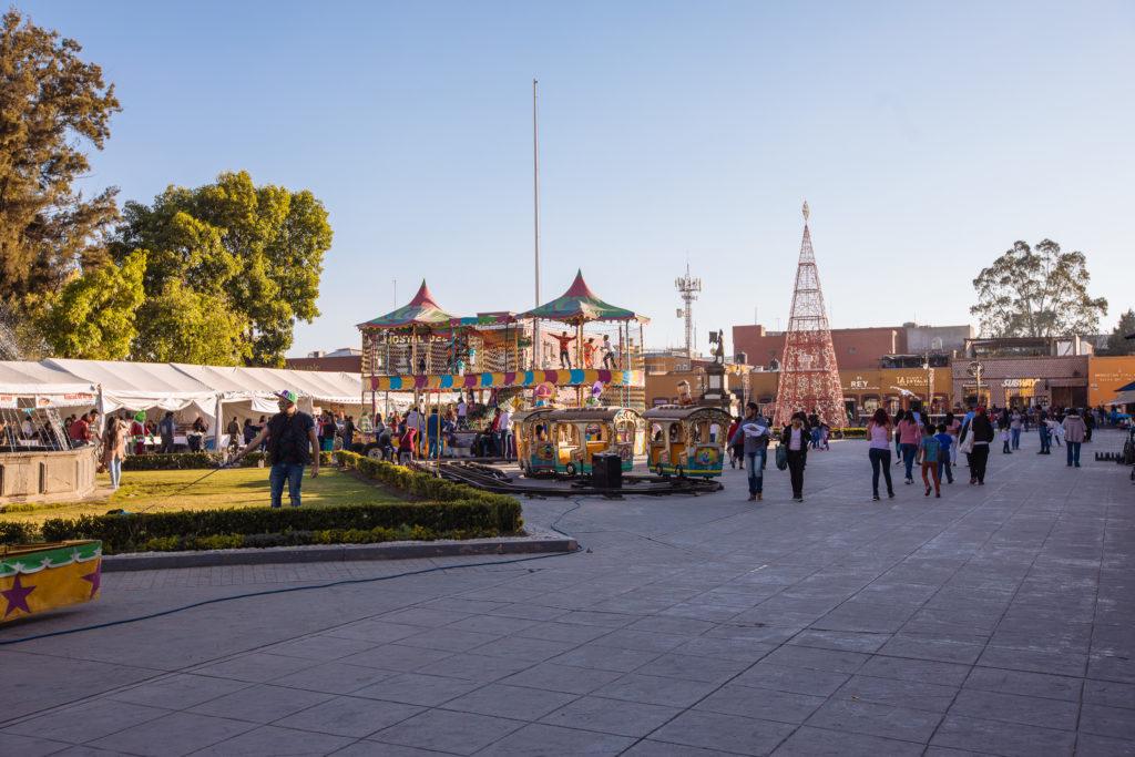 Hüpfburg, Kindereisenbahn und Weihnachtsbaum auf der Plaza de la Concordia, San Pedro Cholula