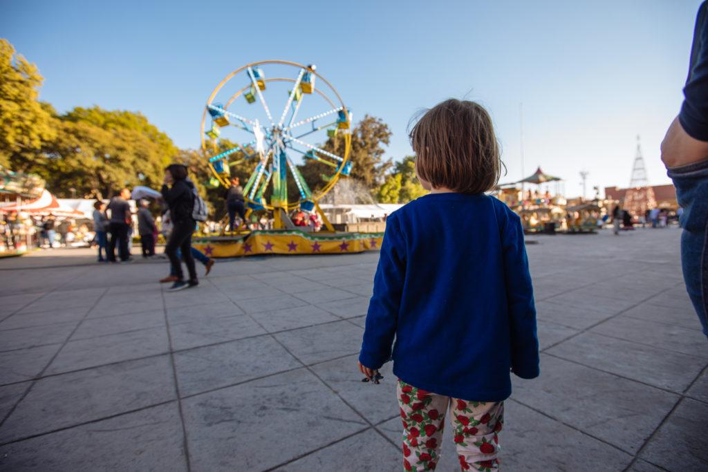 Tochter beobachtet Jahrmarkt auf der Plaza de la Concordia, San Pedro Cholula