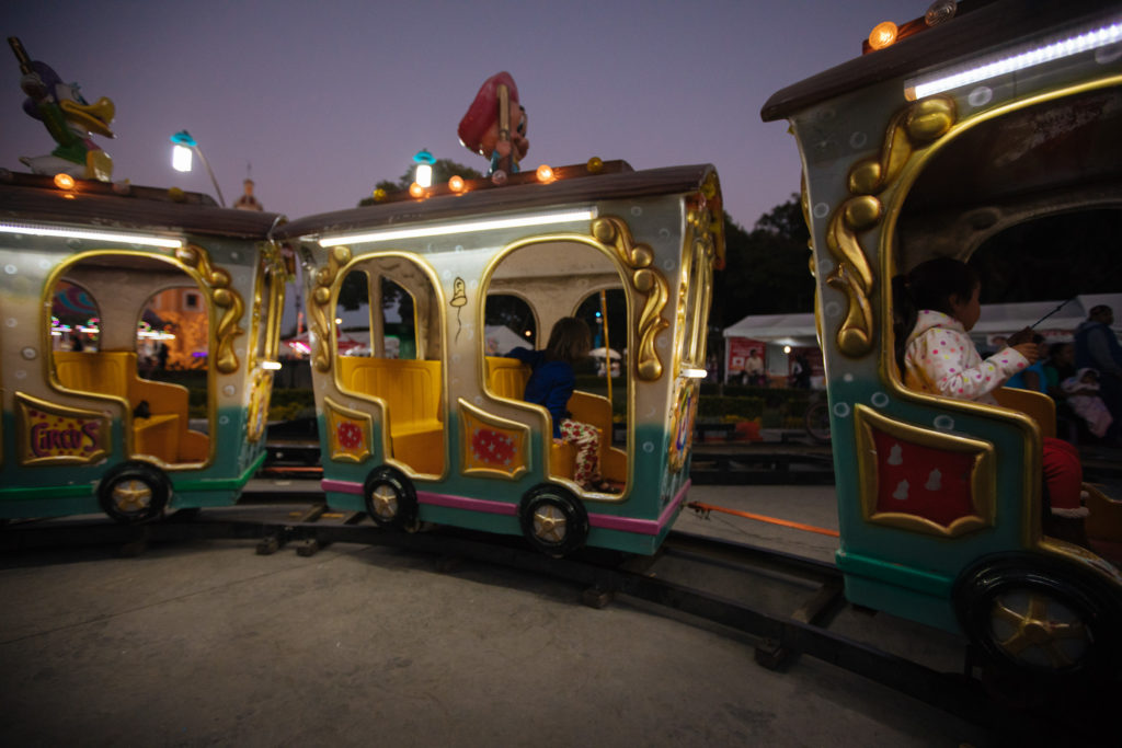 Töchterlein in der Kindereisenbahn an der Plaza de la Concordia