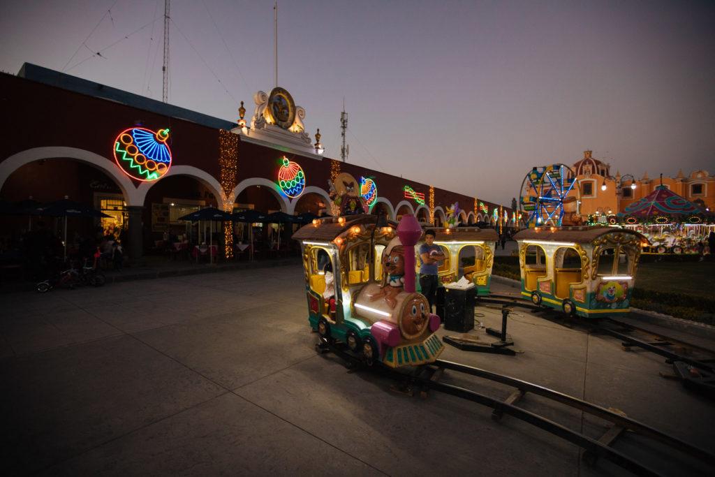Kindereisenbahn vor den Bögen an der Plaza de la Concordia