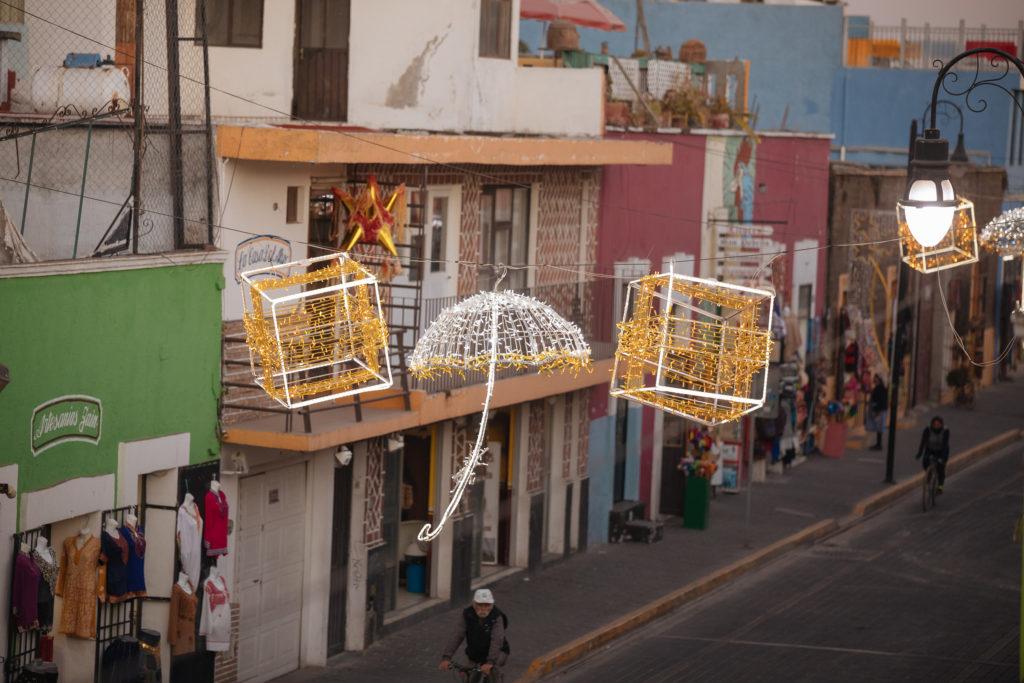 Weihnachtsschmuck über der Av. Morelos