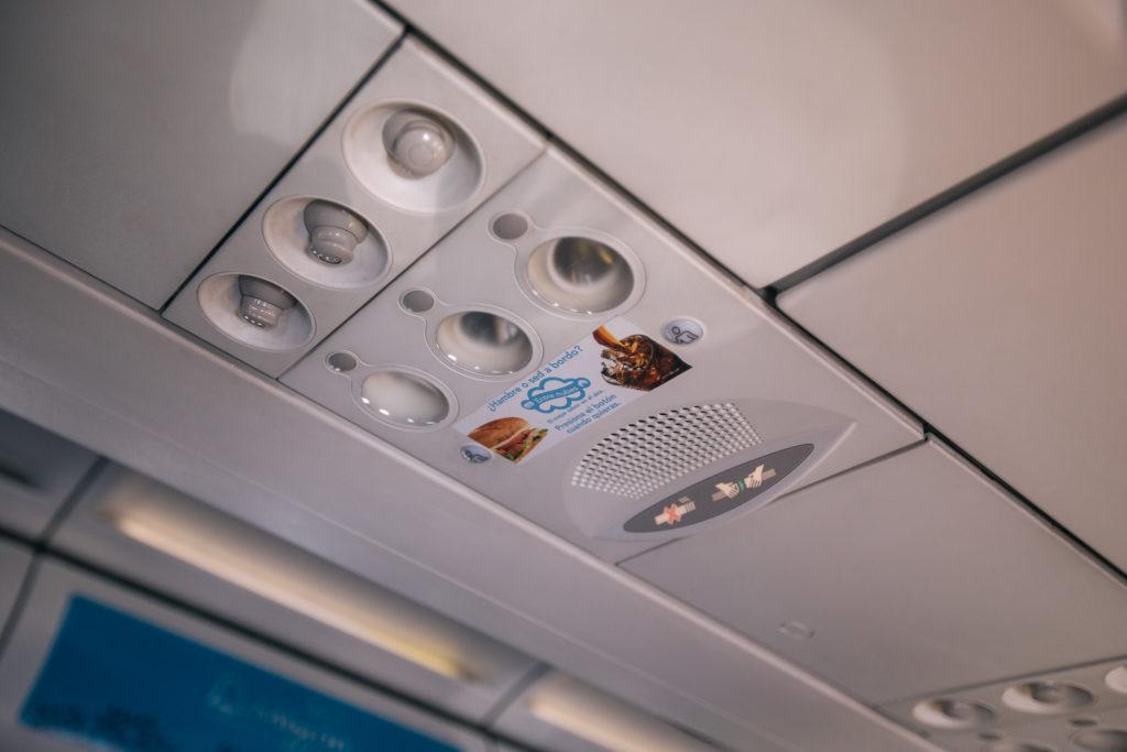 Werbung für Essen und Getränke im Volaris-Flugzeug