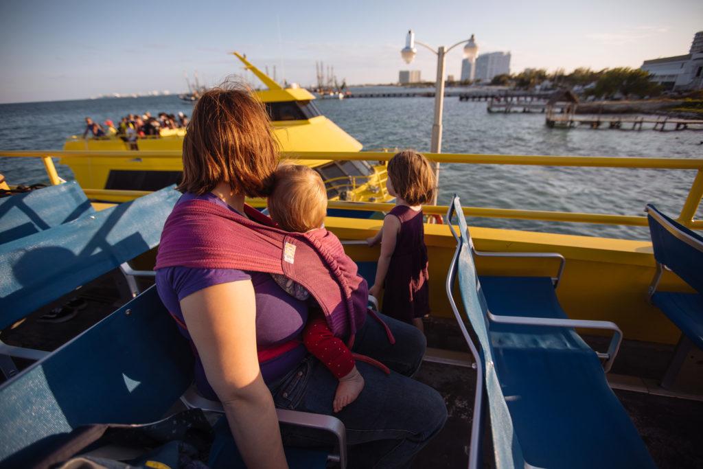 Kinder und Frau auf der Ferry Ultramar am Gran Puerto