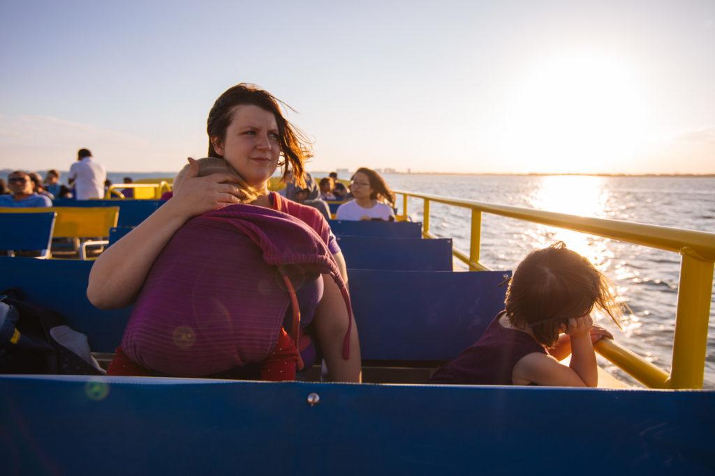 Frau und Kinder auf der Fähre Ultramar