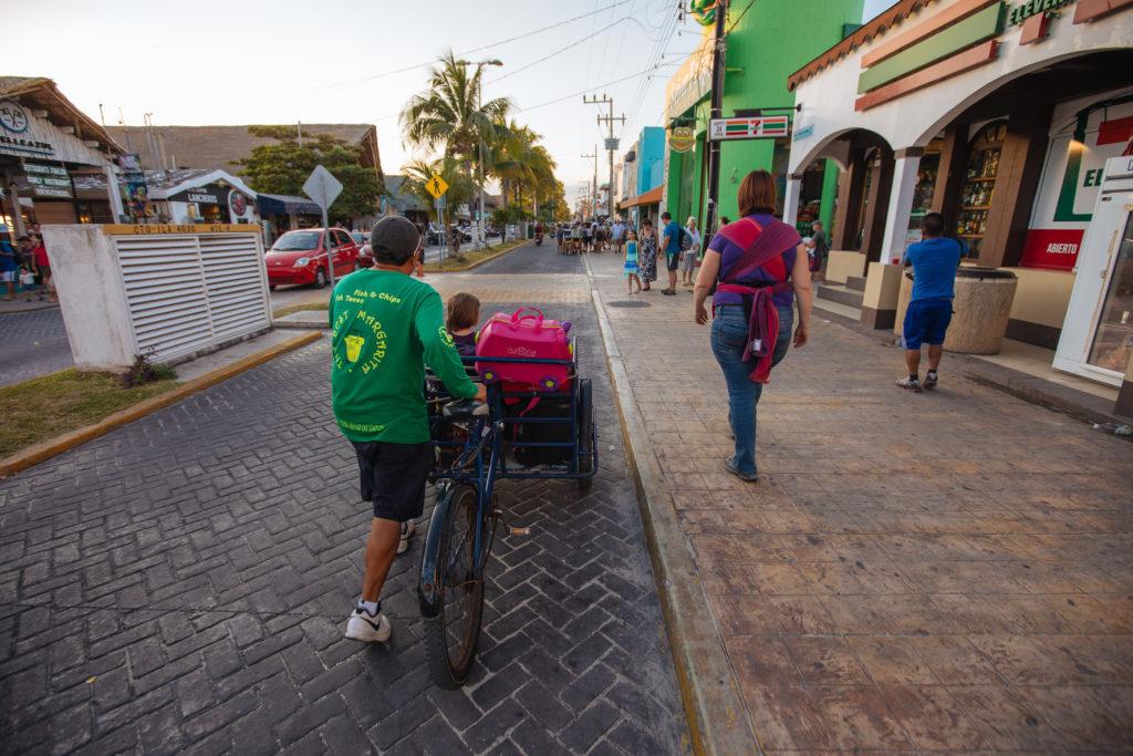 Lastenrad, Kinder und Frau auf der Av. Rueda Medina
